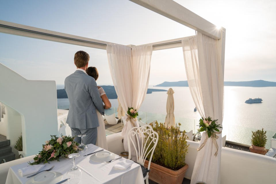 """Where to stay in Santorini for a memorable honeymoon """"drenched in blue""""!"""
